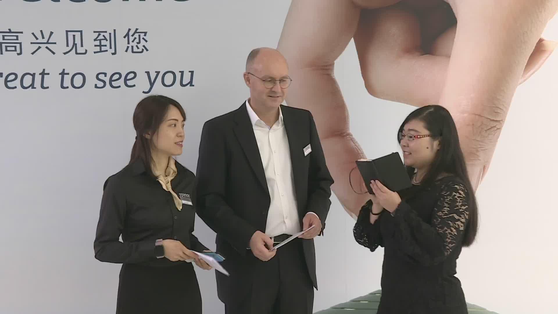 托纳斯全球市场负责人 Rolph Lucassen 先生及托纳斯大中华区市场经理,总经理助理刘源女士接受MM 主播李琳女士的采访
